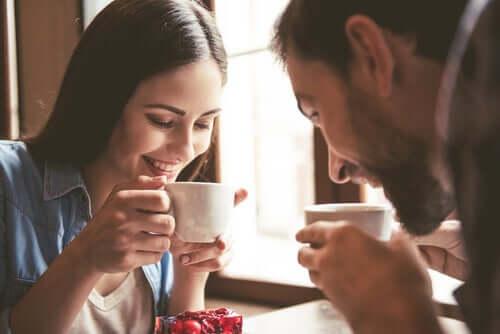 Coppia felice mentre beve un caffè e scala DAS