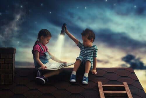 Bambina e bambino giocano