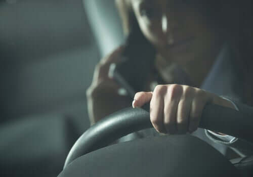 Donna che parla al cellulare mentre guida