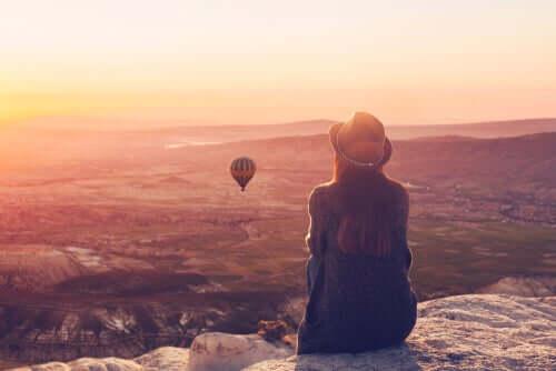 Donna che guarda una mongolfiera