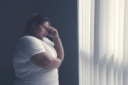Donna obesa preoccupata