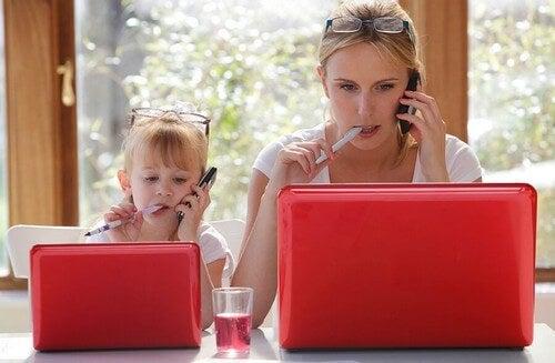 I bambini imitano gli adulti: perché succede?