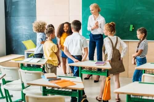 Trasformare l'educazione, maestra e alunni in piedi