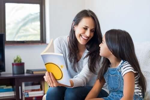 Mamma e figlia che studiano insieme