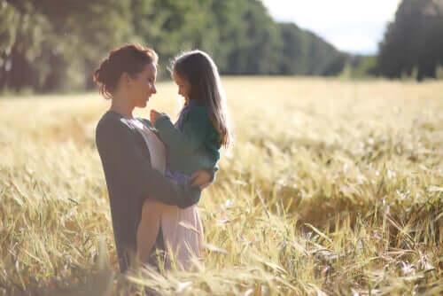 Mamma e figlia in un campo di grano