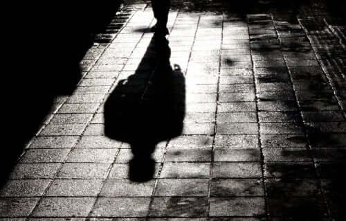 Ombra su marciapiede di notte