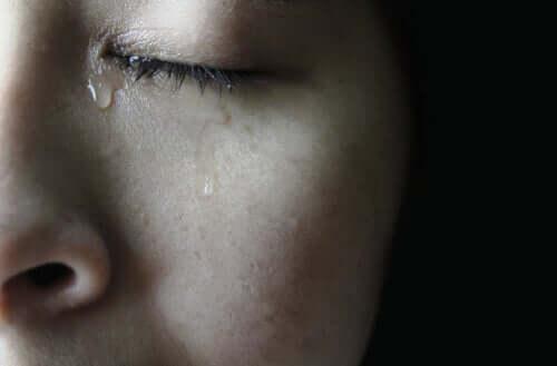 Ragazza con lacrime agli occhi