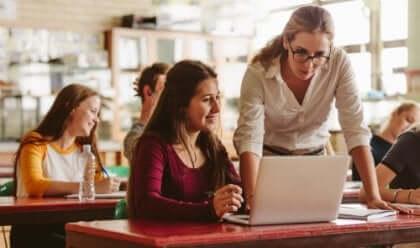 Insegnante che aiuta una alunna