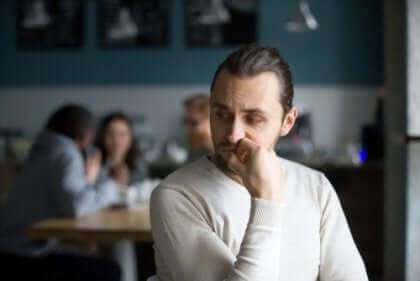 Ragazzo seduto in un locale a riflettere