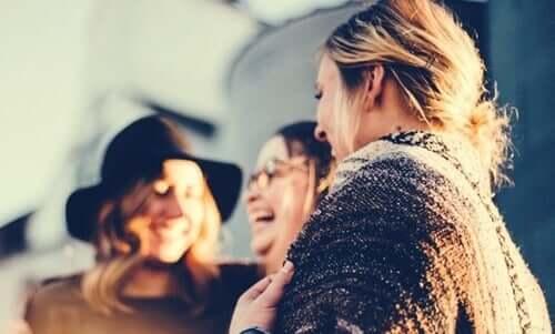 Risate tra amiche tra i bisogni sociali