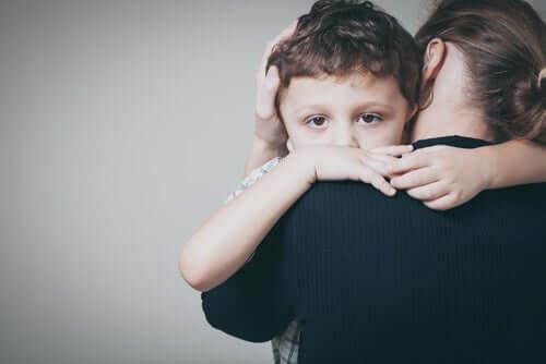 Madre che abbraccia suo figlio