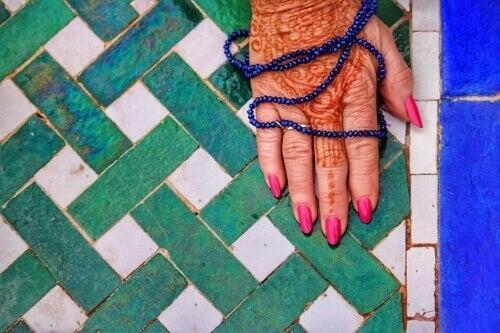 Mano con henné