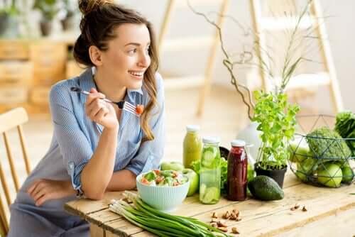 Ragazza che segue la dieta flexitariana
