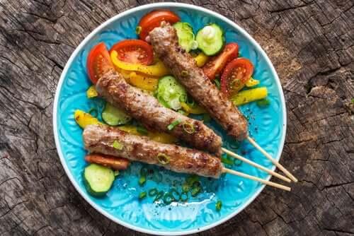 Piatto con spiedini di carne e verdure