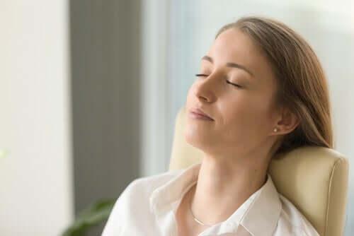 Donna che medita a occhi chiusi