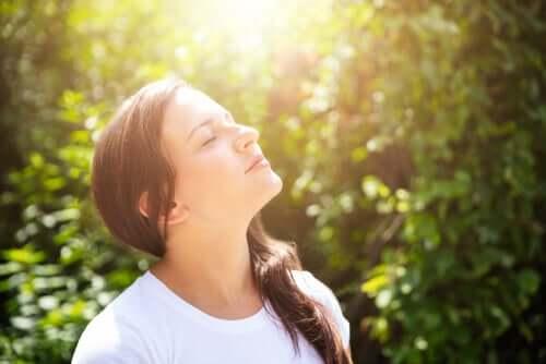 Donna con gli occhi chiusi per imparare a pensare a se stessi