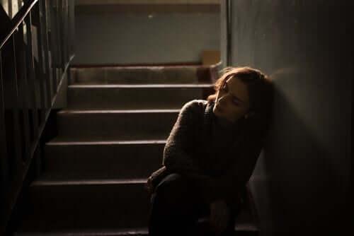 Donna demotivata sulle scale