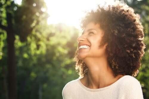 Donna felice che ha imparato a vivere una vita felice