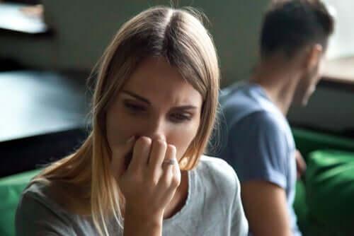L'abitudine di pensare male degli altri, donna in crisi con il partner