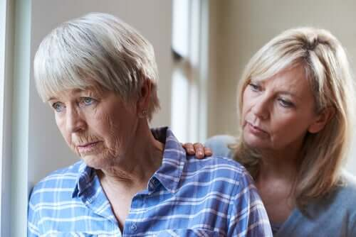 Donna e madre anziana affetta da demenza