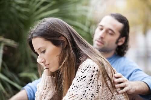 Uomo consola partner preoccupata