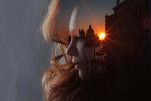 Profilo di donna pensierosa e tramonto