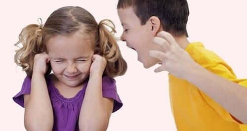 Fratello che sgrida la sorella