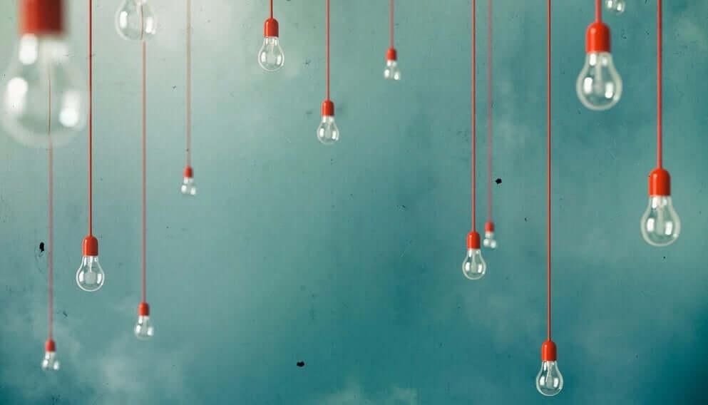 Lampadine su sfondo azzurro a rappresentare la creatività