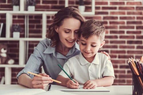 Madre che aiuta suo figlio