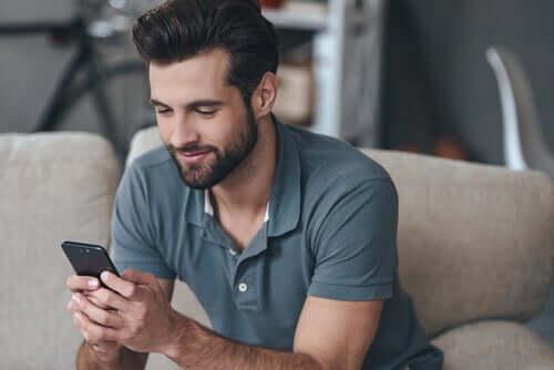 Ragazzo che usa un'app per flirtare