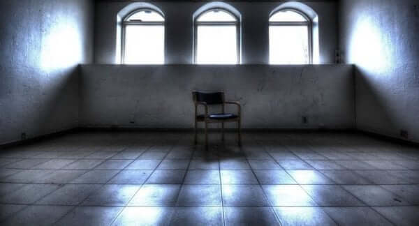 Sedia in mezzo a una stanza vuota