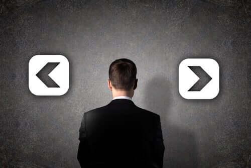 Uomo di fronte a una scelta