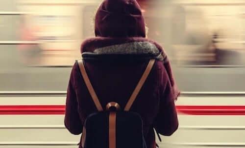 Ragazza che guarda un treno in corsa