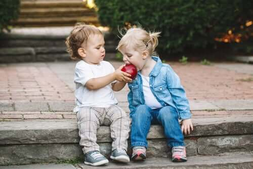 Bambini che dividono una mela