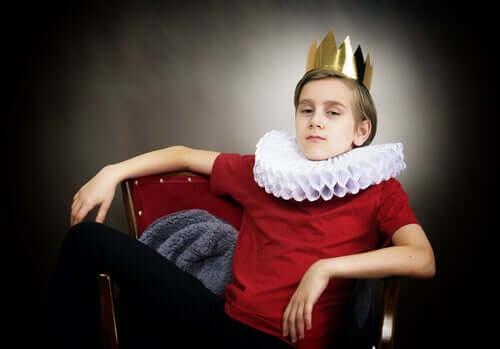 Bambino vestito da re, narcisisti si nasce o si diventa