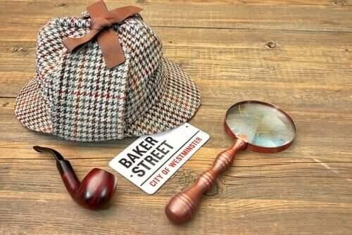 Sherlock Holmes: cappello, pipa,lente di ingrandimento