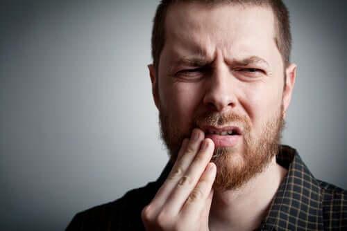Uomo con mal di denti