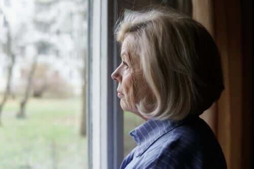 Donna anziana che pensa se un familiare è affetto da covid