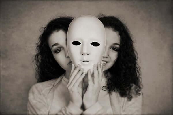 Ragazza con doppia faccia e fenomeno del self-licensing