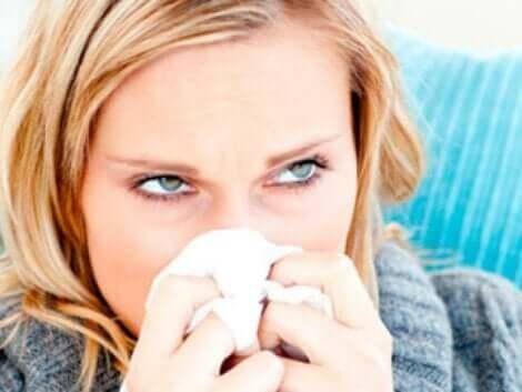 Donna che si soffia il naso