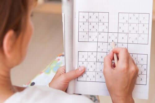 Donna gioca a sudoku