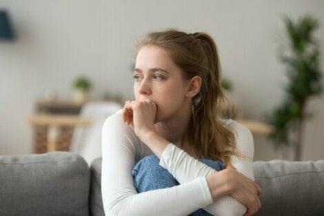 Ragazza che riflette su decisioni emotive o razionali