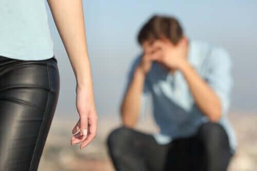 Ragazzo che piange perché lasciato dalla fidanzata