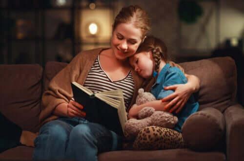 Mamma che legge un libro alla figlia