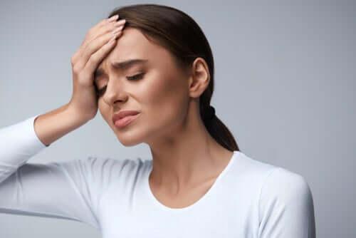 Donna con mal di testa.