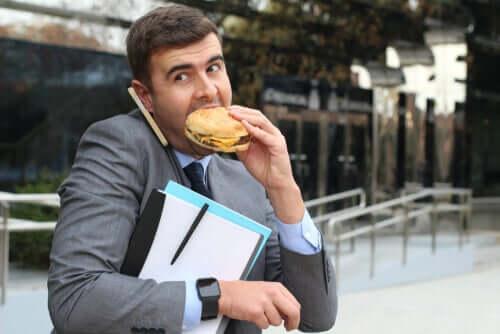 Uomo che mangia un panino al volo