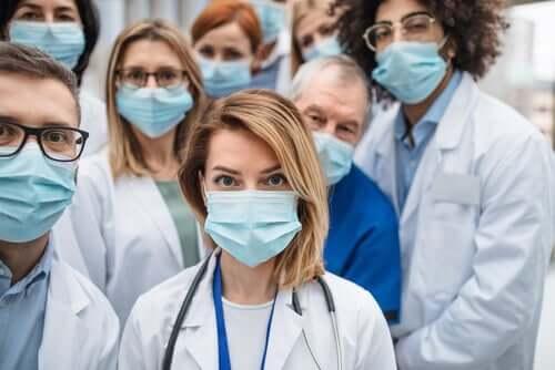 Lettera ai lavoratori che si prendono cura di noi, come i professionisti della salute