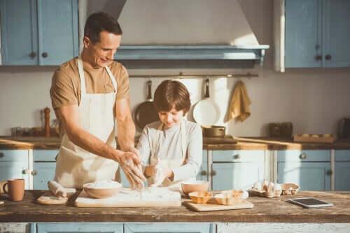 Padre e figlio che preparano un dolce