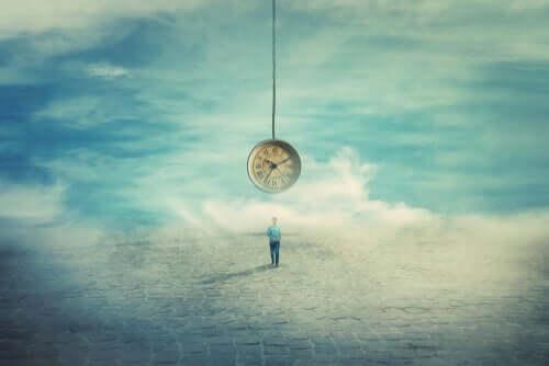 Uomo e orologio che pende dal cielo