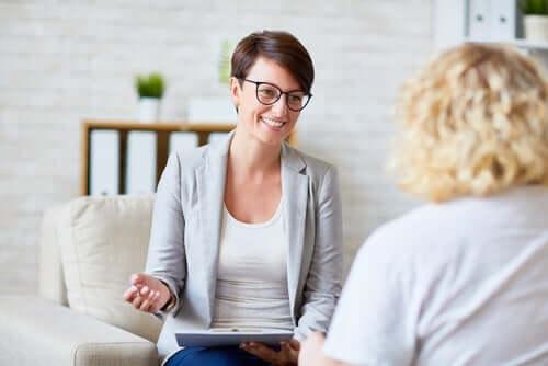 Psicologia e paziente che ridono è il motivo per cui le donne studiano psicologia.